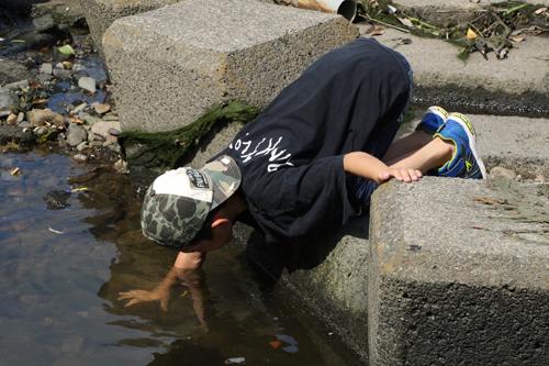 多摩川で遊ぶ次男