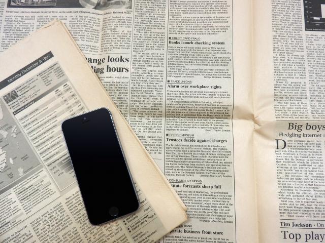 スマホと英字新聞